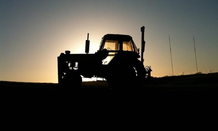 traktor éjszaka