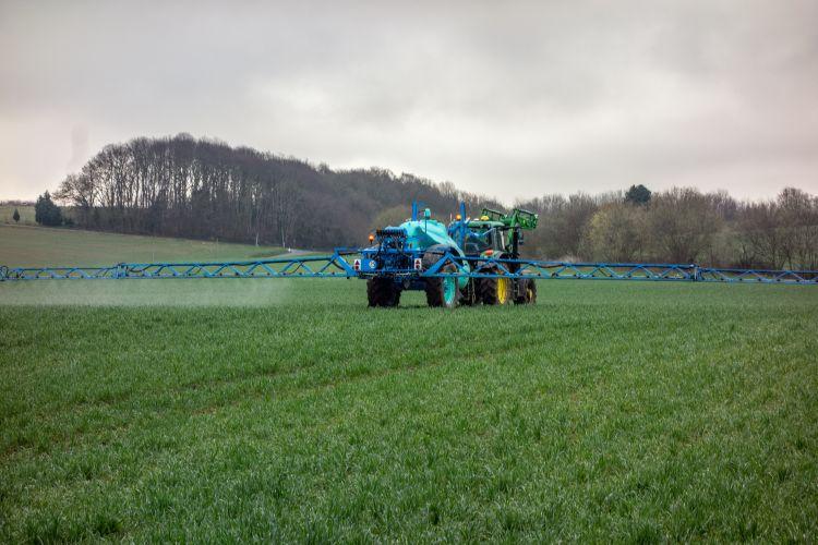 traktor vegyszerezővel