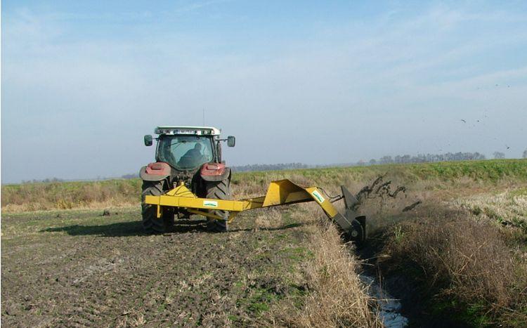 A csatornák karbantartására is alkalmas traktoros munkaeszköz