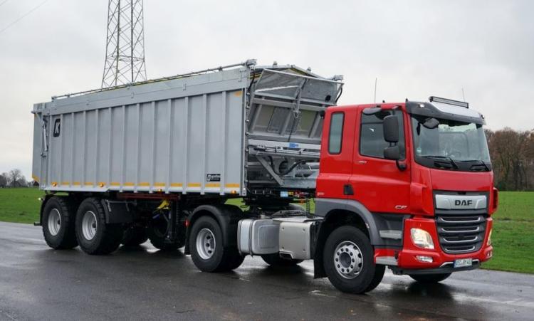 Kröger SAW32 letolórendszerű félpótkocsi DAF CF nyergesvontatóval