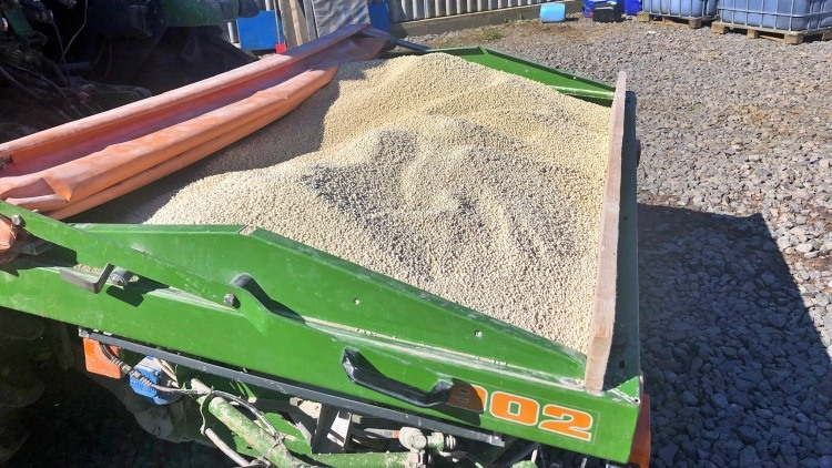 Mezőgazdaság segít a meszezés, a granulált anyag szóróval kijuttatható